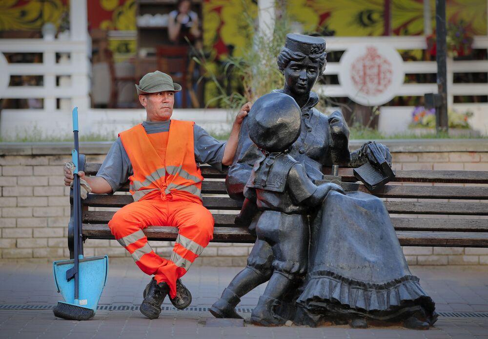 Pracownik służb komunalnych odpoczywa w Niżnym Nowogrodzie
