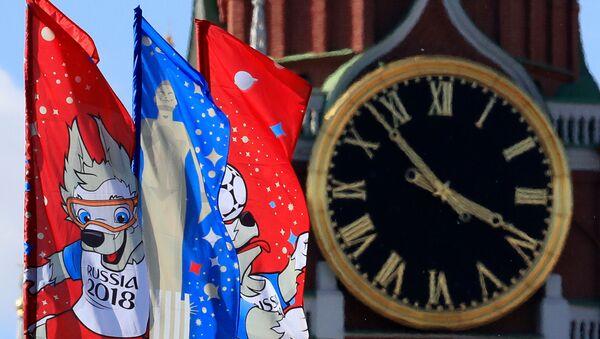 Flagi z logotypem MŚ 2018 na tle Wieży Spasskiej na Kremlu - Sputnik Polska