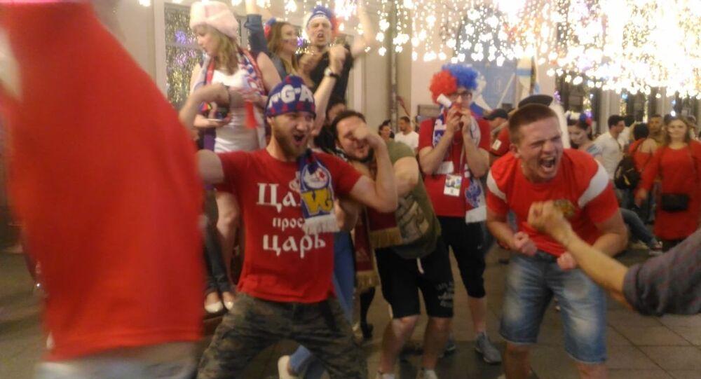 Rosyjscy kibice świętują w centrum Moskwy
