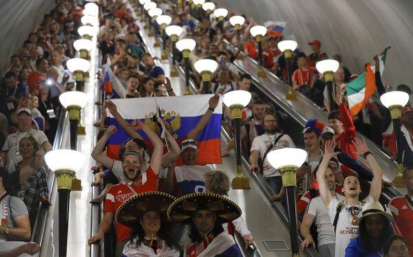 Kibice w metrze po zwycięstwie Rosji nad reprezentacją Hiszpanii - Sputnik Polska