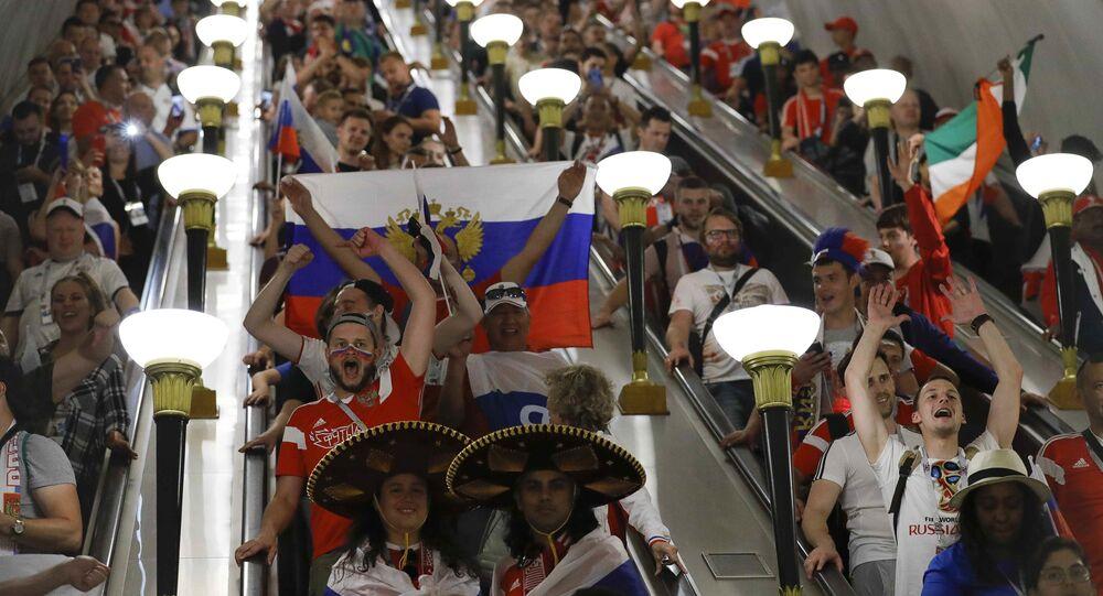 Kibice w metrze po zwycięstwie Rosji nad reprezentacją Hiszpanii