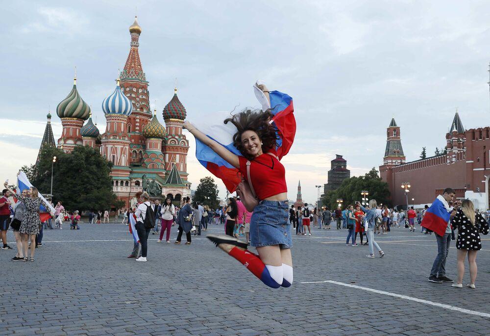 Radość kibiców po zwycięstwie Rosji nad reprezentacją Hiszpanii