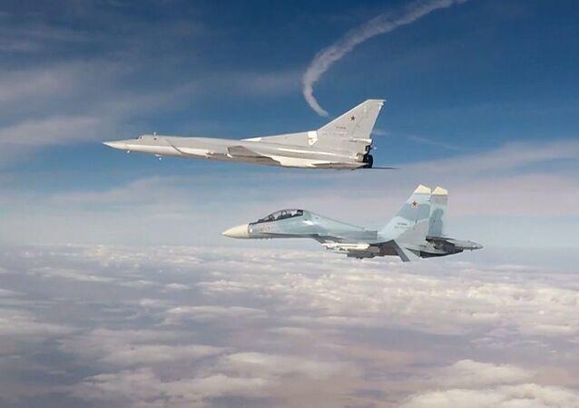 Bombowiec dalekiego zasięgu Tu-22M3 uderza na obiekty grupy terrorystycznej PI (organizacja terrorystyczna zakazana w Rosji) w Syrii