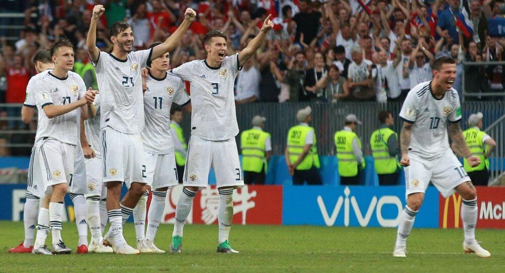 Piłkarze rosyjskiej reprezentacji cieszą się z udanego gola w czasie serii rzutów karnych w meczu z Hiszpanią