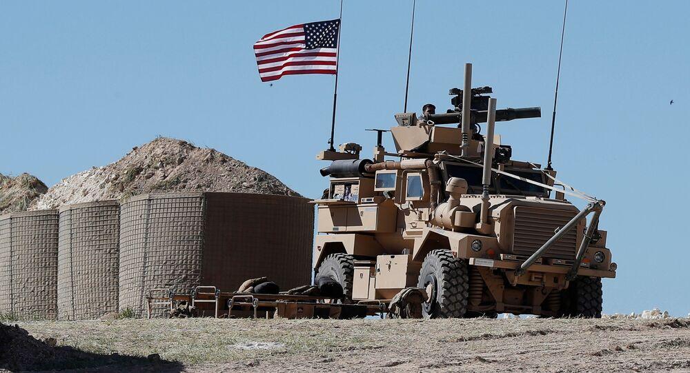 Amerykańscy wojskowi na pozycjach niedaleko Manbidżu na północy Syrii