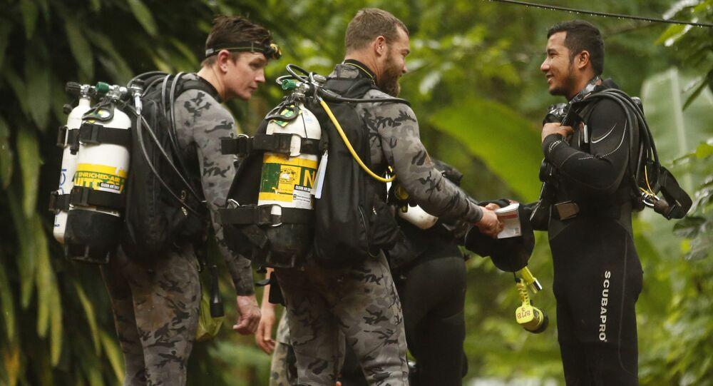 Pracownicy australijskiej policji federalnej rozmawiają z tajskimi ratownikami przed rozpoczęciem operacji ratunkowej w Mae Sai w Tajlandii