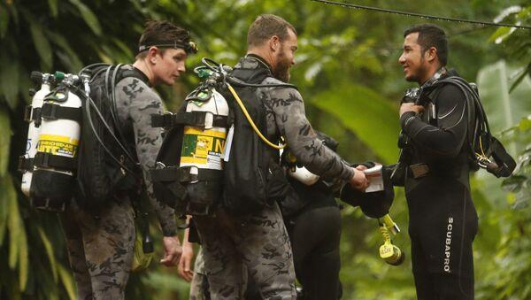 Pracownicy australijskiej policji federalnej rozmawiają z tajskimi ratownikami przed rozpoczęciem operacji ratunkowej w Mae Sai w Tajlandii - Sputnik Polska