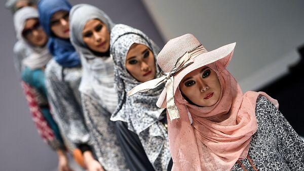 Modelki podczas demonstracji kolekcji Yan's creations na Tygodniu Mody Islamskiej w Kuala Lumpur - Sputnik Polska