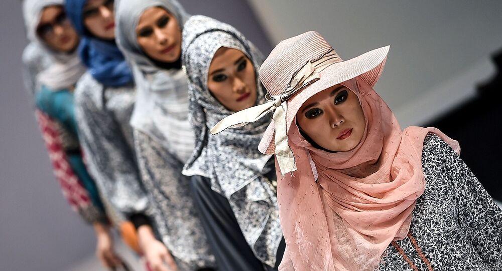Modelki podczas demonstracji kolekcji Yan's creations na Tygodniu Mody Islamskiej w Kuala Lumpur