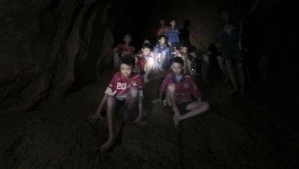 Zaginieni młodzi piłkarze w jaskini w Tajlandii - Sputnik Polska