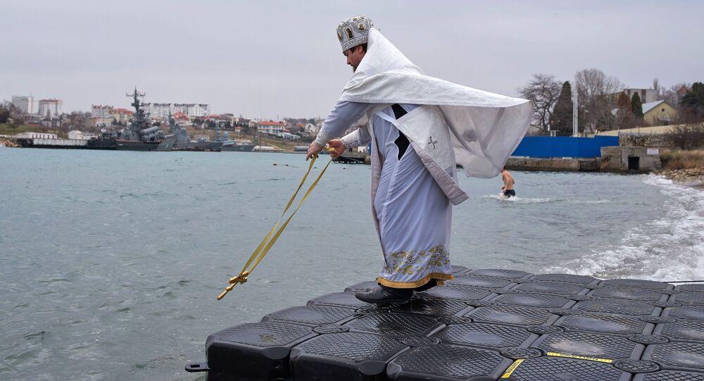 Kapłan święci wodę w Morzu Czarnym