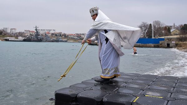 Kapłan święci wodę w Morzu Czarnym - Sputnik Polska