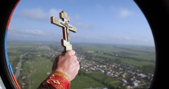 Kapłan święci ziemię krymską z helikoptera Ministerstwa Spraw Nadzwyczajnych
