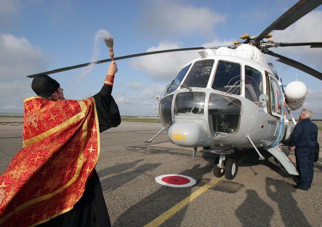 Kapłan święci helikopter Ministerstwa Spraw Nadzwyczajnych