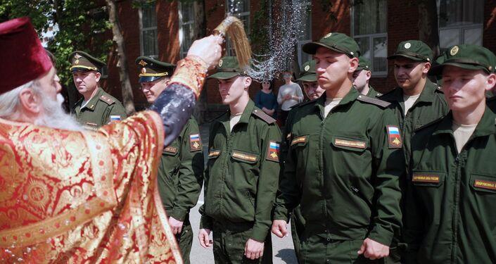 Kapłan święci poborowych do wojska w Krasnodarze