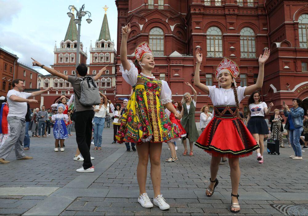 Małe tancerki na Placu Maneżowym