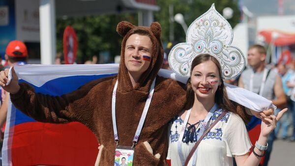 Kibicka z niedźwiedziem  - Sputnik Polska