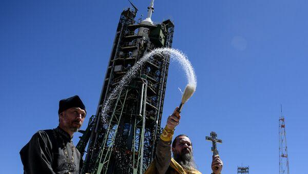 Kapłan prawosławny święci rakietę Sojuz na Bajkonurze - Sputnik Polska