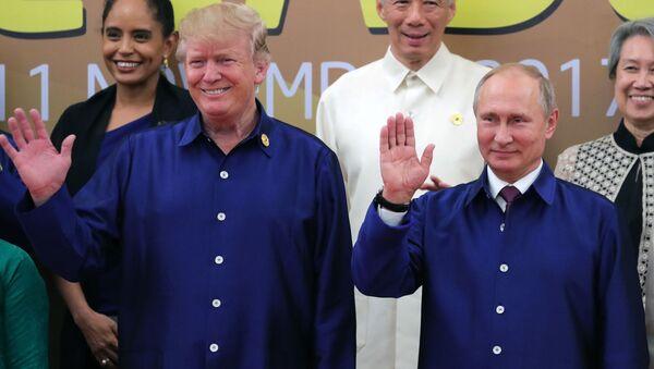 Prezydent Rosji Władimir Putin i prezydent USA Donald Trump na szczycie APEC - Sputnik Polska