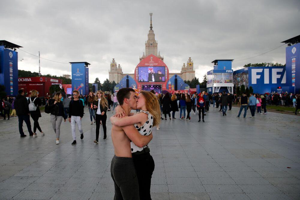 Całująca się para na otwarciu festiwalu kibiców w Moskwie