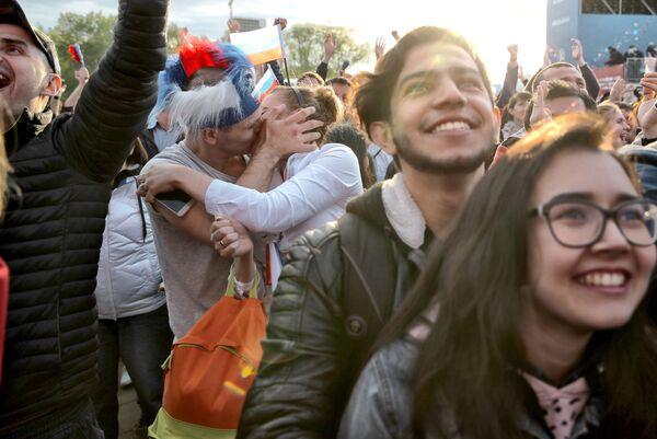 Całująca się para na otwarciu festiwalu kibiców w Jekaterynburgu - Sputnik Polska