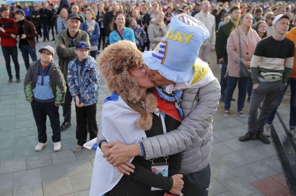 Całująca się para na otwarciu festiwalu kibiców w Jekaterynburgu