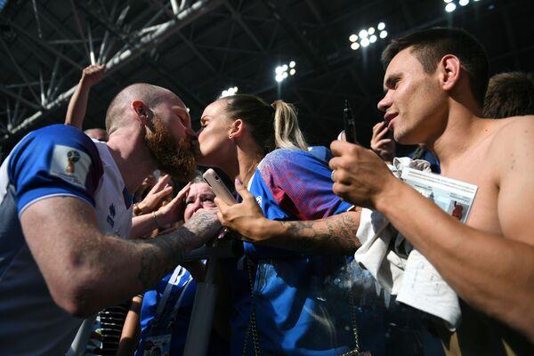 Piłkarz Aron Gunnarsson całuje swoją partnerkę po meczu MŚ 2018 Argentyna-Hiszpania - Sputnik Polska