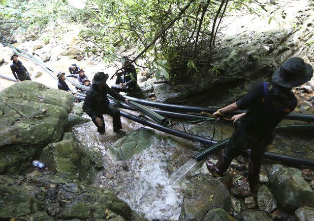 Tajlandzcy żołnierze instalują rury podczas operacji ratowania dzieci z jaskini