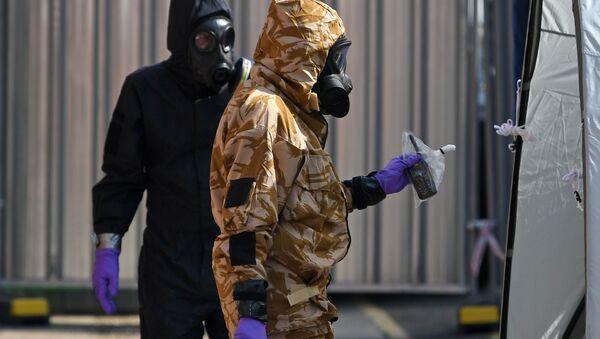 Śledczy w maskach gazowych w Amesbury - Sputnik Polska