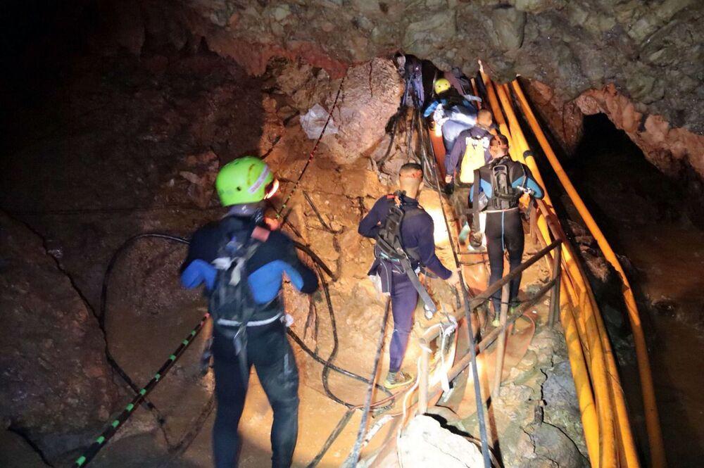 Tajlandzcy ratownicy wewnątrz jaskini podczas operacji ratowania dzieci