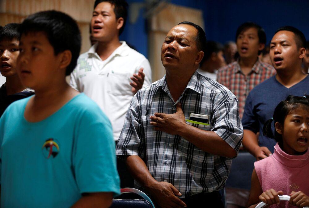 Krewni i przyjaciele modlą się za 12 uczniów i ich trenera, którzy znajdują się w zalanej jaskini Tham Luang w Tajlandii