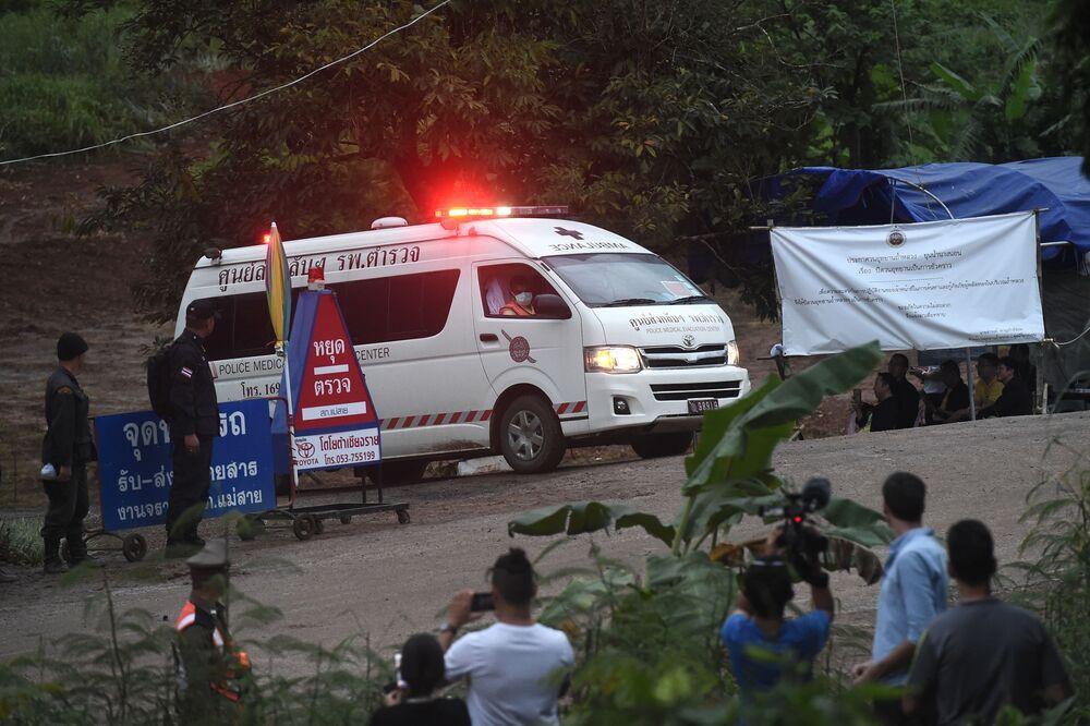 Karetka odjeżdża z zalanej jaskini Tham Luang w Tajlandii
