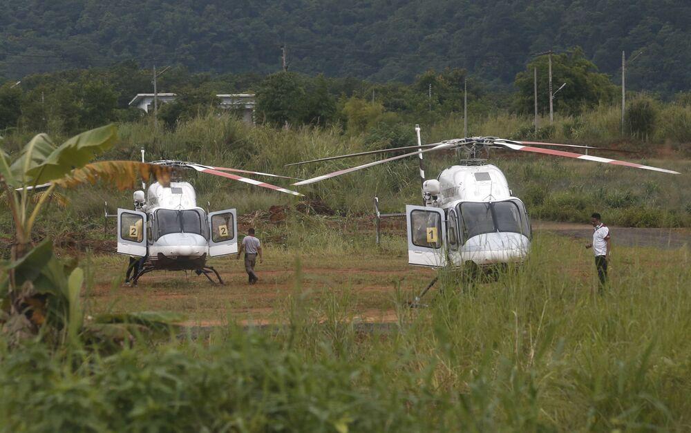 Helikoptery opodal zalanej jaskini Tham Luang w Tajlandii