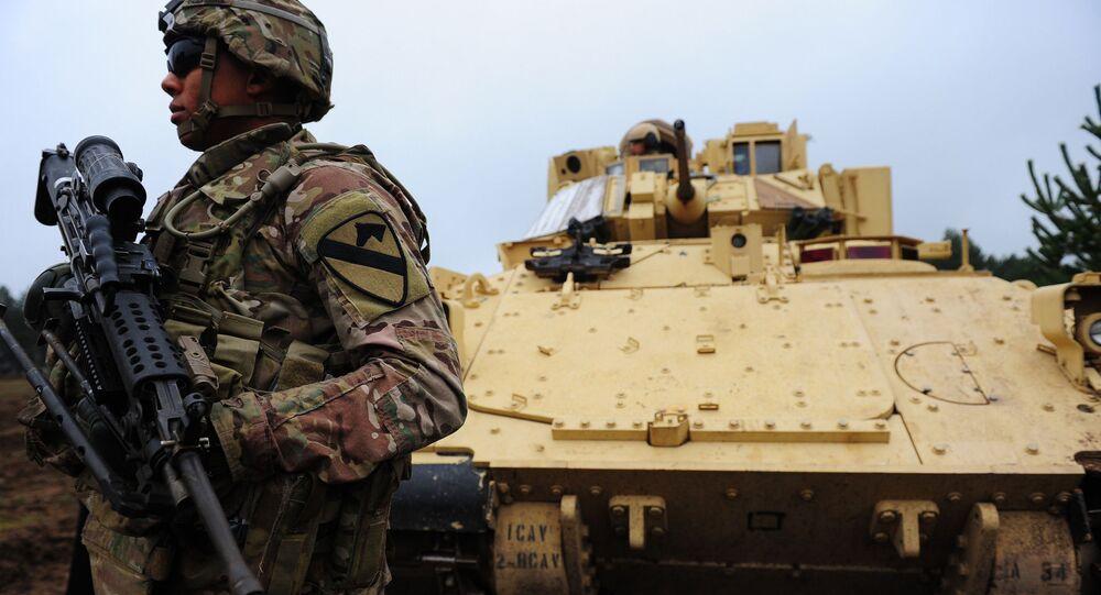 Amerykański żołnierz NATO na terytorium łotewskiej bazy wojskowej Adazi