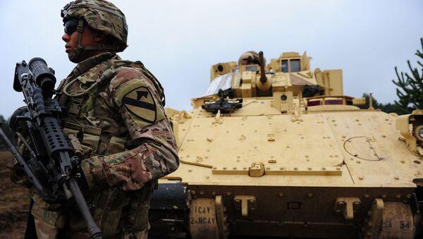 Amerykański żołnierz NATO na terytorium łotewskiej bazy wojskowej Adazi - Sputnik Polska