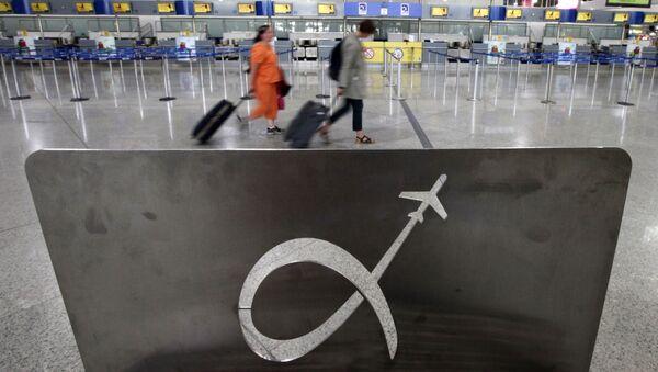 Pasażerowie na lotnisku w Atenach, Grecja - Sputnik Polska