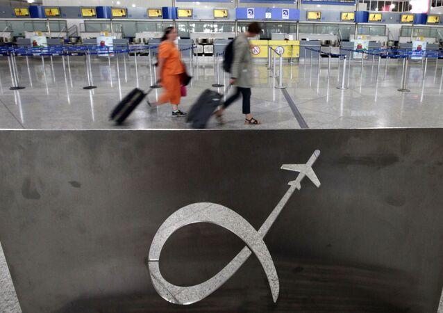 Pasażerowie na lotnisku w Atenach, Grecja