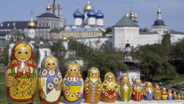 Rosyjskie matrioszki sfotografowane na tle Ławry Troicko-Siergiejewskiej - Sputnik Polska