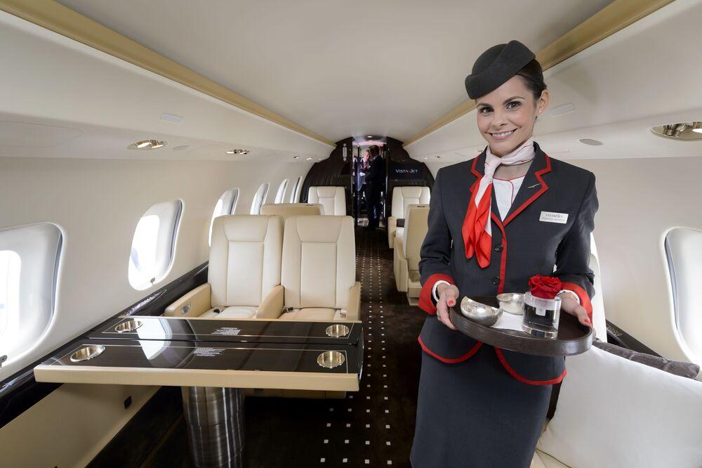 Stewardessa na pokładzie samolotu Bombardier Global Express