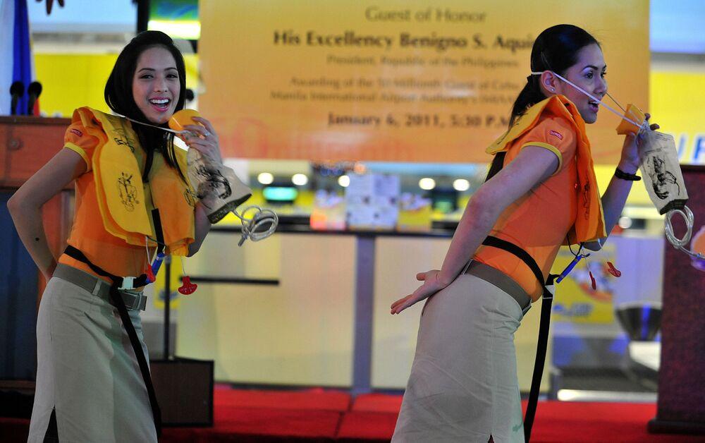 Stewardessy linii lotniczych Cebu Pacific na lotnisku w Manili
