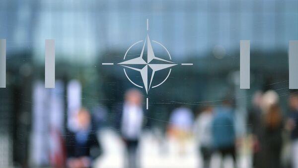 Emblemat NATO w Brukseli - Sputnik Polska