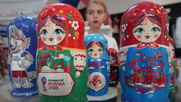 Matrioszki w oficjalnym sklepie z pamiątkami i atrybutami związanymi z mistrzostwami świata w piłce nożnej 2018 w Kaliningradzie - Sputnik Polska