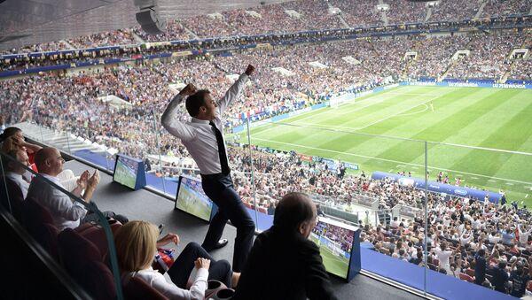 Prezydent Francji kibicuje piłkarzom podczas finałowego meczu MŚ 2018 Francja - Chorwacja - Sputnik Polska