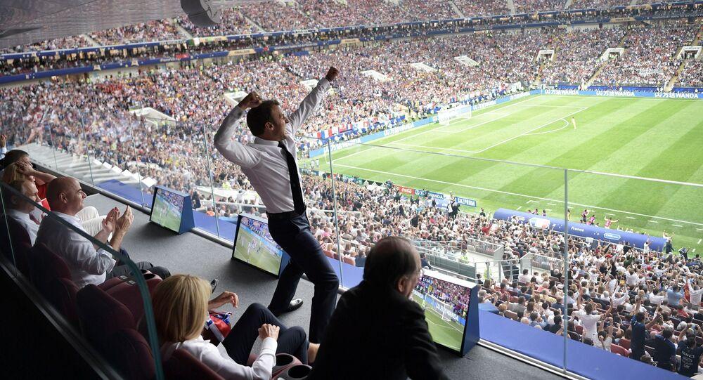 Prezydent Francji kibicuje piłkarzom podczas finałowego meczu MŚ 2018 Francja - Chorwacja
