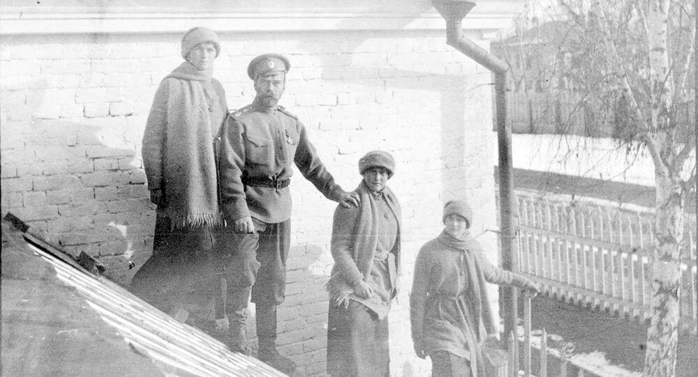 Mikołaj Romanow z córkami Olgą, Anastasią i Tatianą w Tobolsku zimą 1917 roku