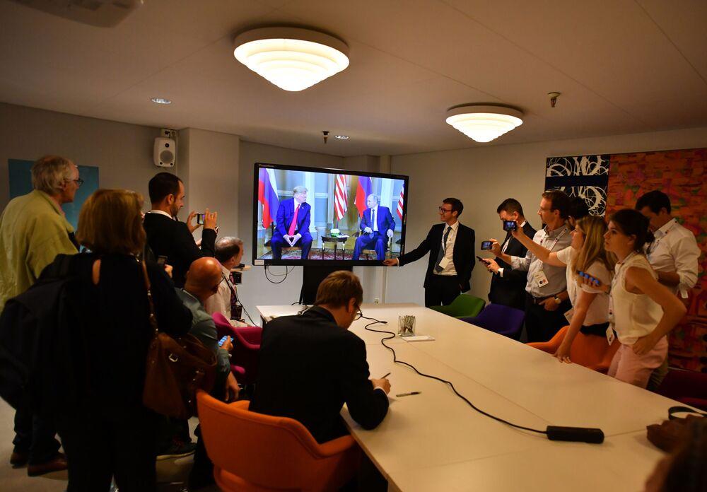 Dziennikarze obserwują spotkanie prezydenta Rosji Władimira Putina i prezydenta USA Donalda Trumpa
