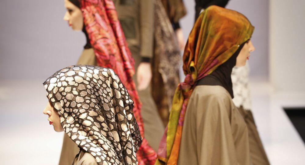 Modelki podczas pokazu kolekcji Aini Bakker podczas Tygodnia Mody Islamskiej w Kuala Lumpurze