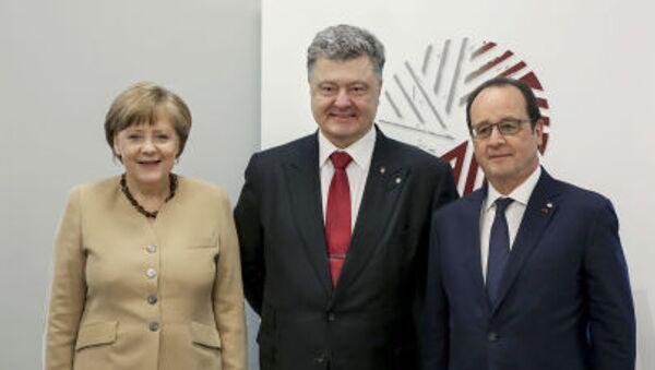 Kanclerz Niemiec Angela Merkel, prezydent Ukrainy Petro Poroszenko i prezydent Francji François Hollande podczas spotkania w Rydze - Sputnik Polska