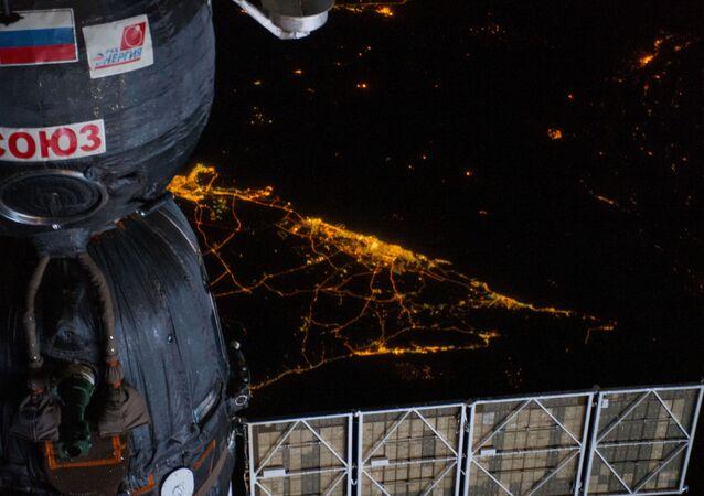 Pojazd kosmiczny 'Sojuz na tle widoku Ziemi niocą z pokładu MKS