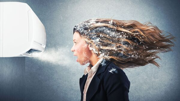 Dziewczyna przy klimatyzacji - Sputnik Polska